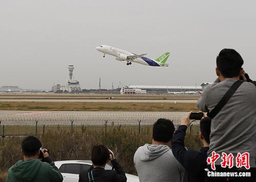 """11月10日,中国国产大飞机C919首架机一飞冲天,开启超过1300千米的""""远行""""。 <a target='_blank' href='http://www.chinanews.com/'>中新社</a>记者 殷立勤 摄"""