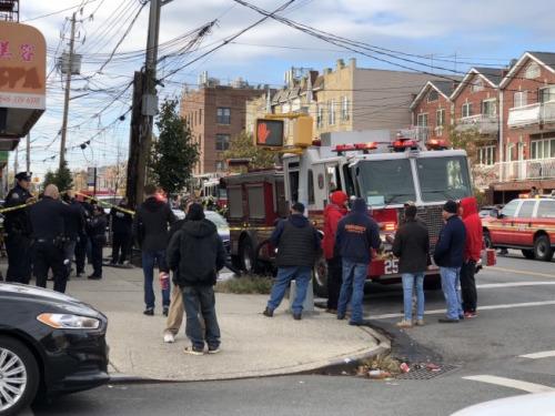 布鲁克林戴克高地发生死亡火灾,两死多伤.( 《 》/  摄) -纽约一华
