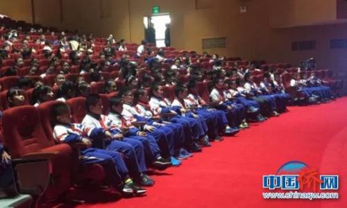 青田县实验小学的600余名学生观看演出。 青田侨办 摄