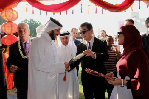 驻卡塔尔大使介绍中国工艺品。