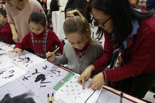 西班牙小学生学写中国书法。