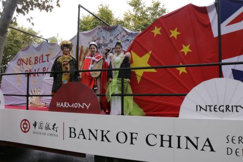 中国银行花车除了以中英国旗、京剧脸谱和一带一路倡议为主题的三把巨型折扇,还有表演者演绎中国传统舞蹈和音乐。 (《欧洲时报》/陈述 摄)
