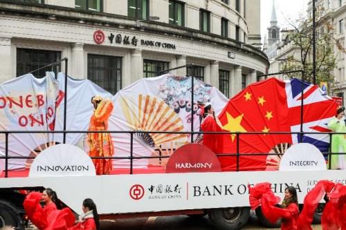 中国银行伦敦分行成为伦敦金融城市长巡游800多年来首次参与的中资企业。图为花车经过中国银行伦敦分行门口。(图片来源:中国银行伦敦分行供图)