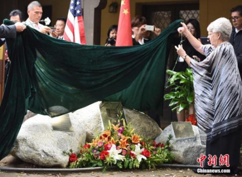 当地时间11月12日上午,威尔逊医生纪念碑落成典礼在美国加州阿凯迪亚市举行。中国驻洛杉矶总领馆官员、威尔逊家人、美国友好人士、侨学界代表等数百人出席揭幕仪式,共同纪念威尔逊医生在侵华日军南京大屠杀期间的人道义举。图为威尔逊医生的家人为纪念碑揭幕。<a target='_blank' href='http://www.chinanews.com/'>中新社</a>记者 张朔 摄