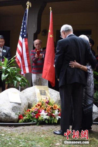 当地时间11月12日上午,威尔逊医生纪念碑落成典礼在美国加州阿凯迪亚市举行。中国驻洛杉矶总领馆官员、威尔逊家人、美国友好人士、侨学界代表等数百人出席揭幕仪式,共同纪念威尔逊医生在侵华日军南京大屠杀期间的人道义举。图为威尔逊医生的家人相拥站在纪念碑前致意。<a target='_blank' href='http://www.chinanews.com/'>中新社</a>记者 张朔 摄