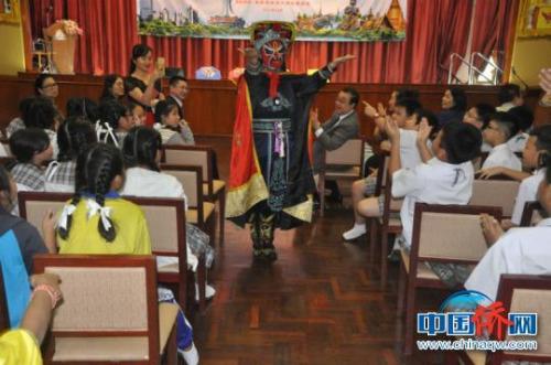 图为《人偶变脸》表演者与学生互动。林浩 摄