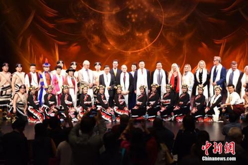 图为演出结束后,中美双方代表同演员合影。 <a target='_blank' href='http://www.chinanews.com/'>中新社</a>记者 张朔 摄