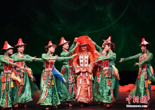 图为当晚演出的裕固族舞蹈《裕固婚礼》。 <a target='_blank' href='http://www.chinanews.com/'>中新社</a>记者 张朔 摄