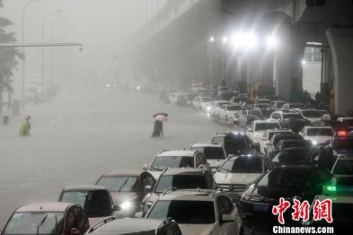 图为海口市海秀中路积水严重。 洪坚鹏 摄