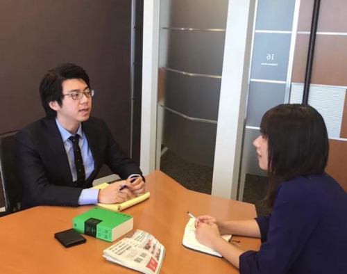 TMI律师事务所日本律师刘奔(左)接受采访。(日本《东方新报》)