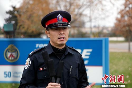当地时间11月15日,多伦多警队华人社区联络警官杨乾良接受记者采访时提醒广大中国留学生,不要轻易把隐私信息和钱财提供给他人,要与国内的父母保持良好沟通。如果接到可疑电话,可先向同学、老师和家人反映,或向警方咨询,大家共同努力就能杜绝骗局发生。<a target='_blank' href='http://www.chinanews.com/'>中新社</a>记者 余瑞冬 摄