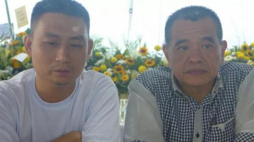 林瑞木(左)答应陈德钦,在办完丧事及调整心情后,会重返正轨回到社会继续服务大众。(马来西亚《星洲日报》)