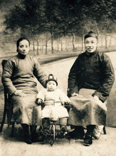 老照片:孩童时期的李道煃与父母合影。(新华社记者沈敏拍摄)