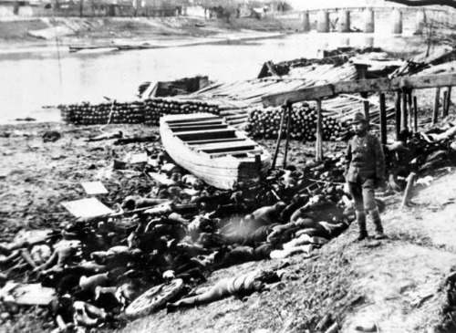 1937年12月中旬,日本侵略军攻占中国南京后,对中国老百姓进行了空前的惨无人道的大屠杀。图为在南京城西一条流往长江的小河边,被日本侵略军杀害的中国人,尸体遍地血流成河。照片是前日本军队汽车第17中队二等兵村濑守保,在日军占领南京7-10天内拍摄。(新华社发)
