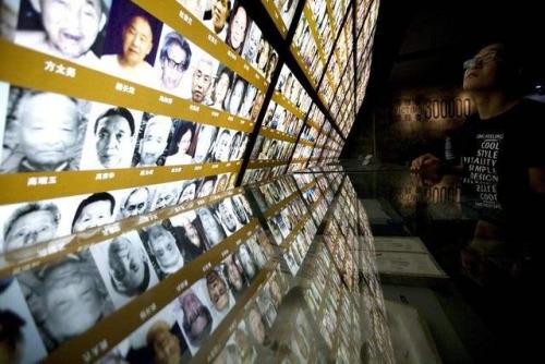 2015年9月17日,参观者在侵华日军南京大屠杀遇难同胞纪念馆参观。(新华社发)
