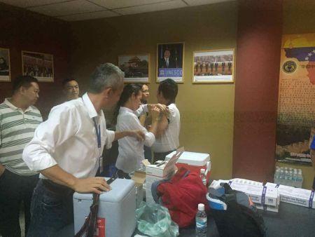 卡拉沃沃州卫生厅医务人员在华助中心为侨胞义务注射疫苗