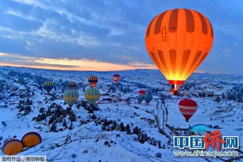 """""""相机摄""""《激情升空》:土耳其的卡帕多奇亚,此地被称为""""月球地貌"""",尤其在大雪中更显示其瑰丽神秘的特色。"""