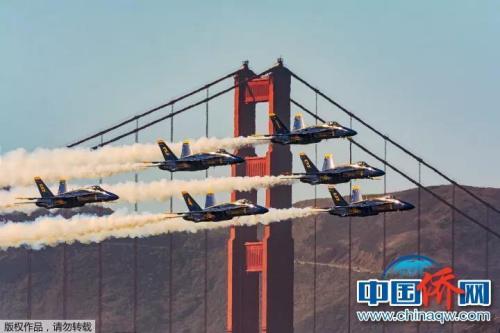 """""""相机摄""""这是一年一度美国海军飞行表演。六架F16表演飞机掠过金门大桥,用550mm的镜头,14000秒抓拍到这难得恰到好处的角度。"""