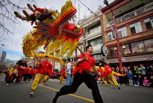 这是温哥华唐人街举行春节大游行。