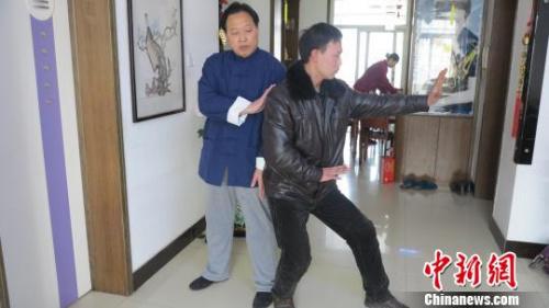 胡俭雷(左一)在传授孙式太极拳。 张鹏翔 摄