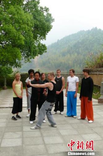 胡俭雷在向国外友人传授孙式太极拳。 赵昊 摄