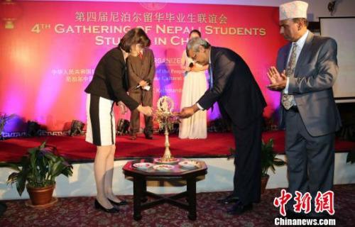 图为尼泊尔教育部部秘雷格米与中国驻尼泊尔大使于红为联谊会点灯。 张晨翼 摄