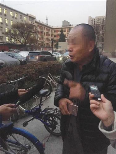 家属代表文先生参加了庭前谈话,他的案件也将在未来几天向法庭递交证据。新京报记者 王巍 摄