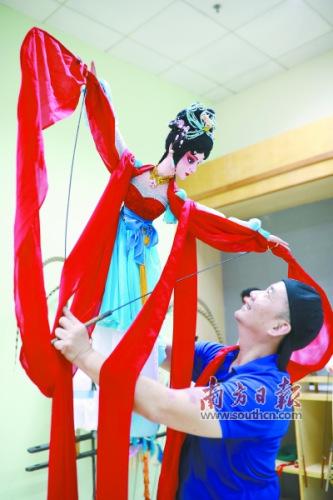 1/2国家一级演员、木偶剧大师崔克勤演示木偶长袖舞。