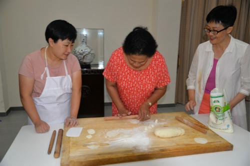 来宾体验包饺子。