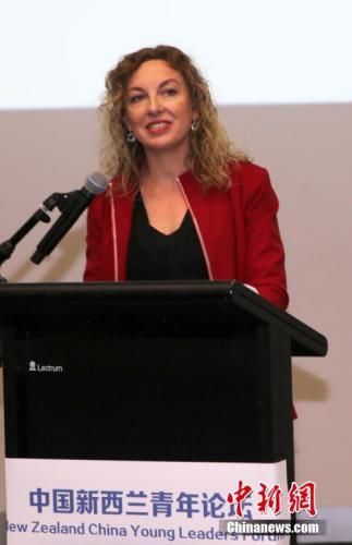 图为新西兰青年发展部执行长Linn Araboglos在论坛开幕式上致辞。中新社记者 陶社兰 摄