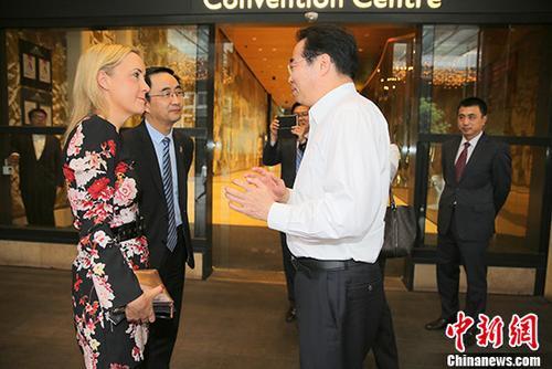 11月26日晚,中国国务院侨办党组书记、副主任许又声在奥克兰会见新西兰青年发展部前部长妮基・凯伊。 中新社记者 陶社兰 摄