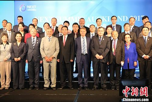 11月27日,中国国务院侨务办公室党组书记、副主任许又声在奥克兰出席国际展望峰会。图为与会嘉宾合影。 中新社记者 陶社兰 摄