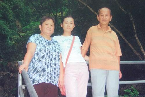 江秀凤和丈夫何仁芳、女儿何碧琴合影。