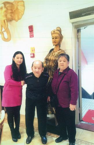 江秀凤和丈夫何仁芳、女儿何碧琴在福州一家泰国餐厅合影。