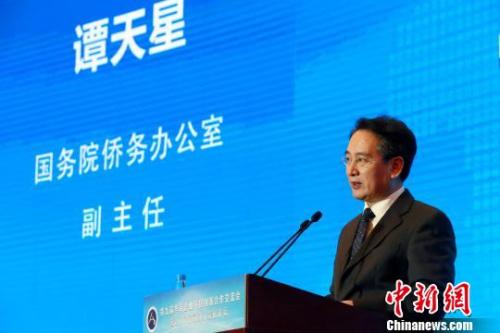 11月28日,国务院侨办副主任谭天星出席在山东济南举行的第九届华商企业科技创新合作交流会并致辞。 梁犇 摄