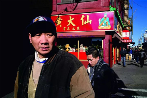 """黄大仙是盛行于广东、港澳地区的民间信仰,人们相信有求必应的黄大仙会保佑虔诚的供奉者,一百年来,黄大仙作为一种""""文化""""也在纽约唐人街上落地生根。"""