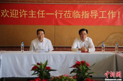11月29日,中国国务院侨务办公室党组书记、副主任许又声在澳大利亚阿德莱德与当地侨领及侨团代表座谈。图为中国国务院侨务办公室党组书记、副主任许又声(左)和中国驻阿德莱德总领事蔡思平。中新社记者 陶社兰 摄