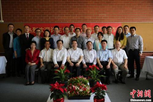 11月29日,中国国务院侨务办公室党组书记、副主任许又声在澳大利亚阿德莱德与当地侨领及侨团代表座谈。图为许又声与参加座谈会的侨领合影。中新社记者 陶社兰 摄