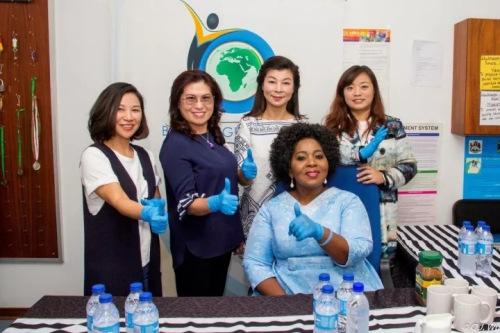 代表团成员与第一夫人合影。(南非华人网)