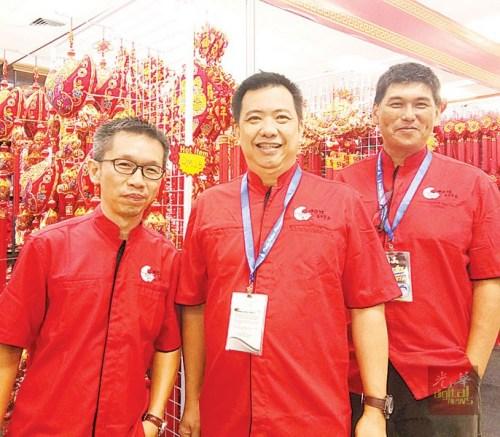 今年的槟城同乐会设立中华馆,举行嘉年华会,盼吸引更多华裔观光,也达致文化交流的目的。左起为张文翰、林朝宗、李枋隆。(马来西亚《光华日报》)
