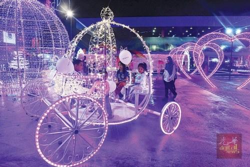 """""""2017年槟城同乐会""""增添了不少梦幻的灯饰,为民众再添一处摄影热点。(马来西亚《光华日报》)"""