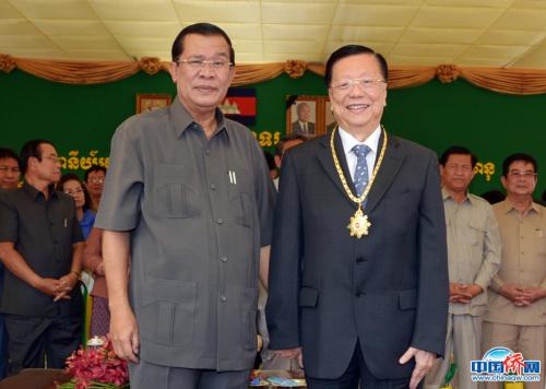 """2014年2月25日,柬埔寨王国总理洪森向杨国璋颁授""""国家最高贡献勋章""""。(图片均由作者提供)"""