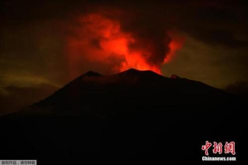 印尼巴厘岛阿贡火山自11月21日首次喷发后,活跃强度不断增强并多次喷
