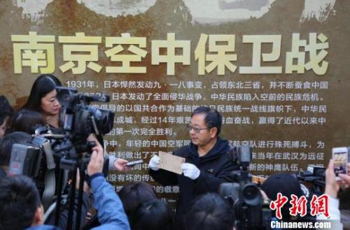 1964年生于南京的鲁照宁,十多年来都坚持在海外收集有关抗战的文物史料。 黄昱东 摄