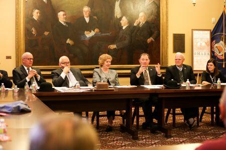 犹他州州长赫伯特(右三)在庆祝委员会第一次全会上介绍委员会成立宗旨