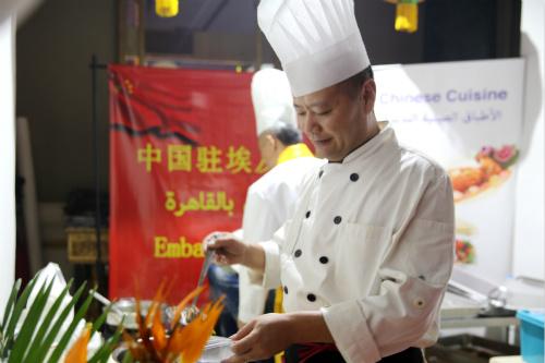 中国厨师团队精心准备菜肴。