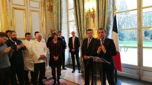 马克龙在爱丽舍宫会见世界名厨代表,并发表讲话。(《欧洲时报》/ 张新摄)