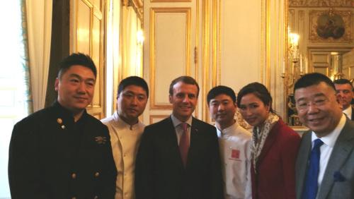 马克龙总统与中国团队合影。 (《欧洲时报》/ 张新摄)