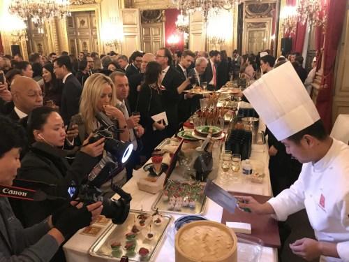 嘉宾现场品尝美味中餐。(《欧洲时报》/ 张新摄)