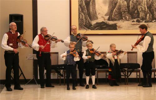 协会成员同小舞蹈家一起表演精彩的节目。